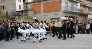 Musicians and Tsoliades in Monastiraki (photo: Lenka Harmon)