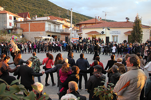 The great circle dance in the plateia of Monastiraki (photo: Lenka Harmon)